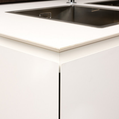 kitchen top made of FENIX NTM Solid. edge solutions. Varenna cucine.